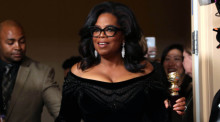 US-Moderatorin Oprah Winfrey am 07.01.2018 im Beverly Hilton Hotel in Los Angeles (Kalifornien, USA) mit ihrem Preis anlässlich der 75. Verleihung der Golden Globe Awards. Foto: epa/Mike Nelson
