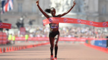 Kenias Vivian Cheruiyot gewinnt das Frauenrennen beim London Marathon 2018 in London. Foto: epa/Neil Hall